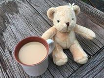 Χαριτωμένος αντέξτε την κούκλα με τον καφέ γάλακτος πρωινού Στοκ εικόνες με δικαίωμα ελεύθερης χρήσης