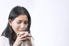 Χαριτωμένος ανώτερος υπάλληλος γυναικών Aisan πορτρέτων που ρουθουνίζει από τα φλυτζάνια καφέ επάνω Στοκ φωτογραφία με δικαίωμα ελεύθερης χρήσης