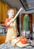 Χαριτωμένος αρχιμάγειρας παιδιών που μαγειρεύει τα μεγάλα κολοκύθια σε ένα δοχείο Στοκ εικόνα με δικαίωμα ελεύθερης χρήσης