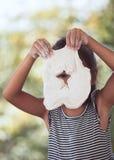 Χαριτωμένος Ασιάτης λίγο κορίτσι παιδιών που έχει τη διασκέδαση για να προετοιμάσει μια ζύμη Στοκ Εικόνες