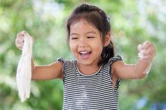 Χαριτωμένος Ασιάτης λίγο κορίτσι παιδιών που έχει τη διασκέδαση για να προετοιμάσει μια ζύμη Στοκ φωτογραφίες με δικαίωμα ελεύθερης χρήσης