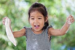 Χαριτωμένος Ασιάτης λίγο κορίτσι παιδιών που έχει τη διασκέδαση για να προετοιμάσει μια ζύμη Στοκ Εικόνα