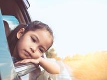 Χαριτωμένος Ασιάτης λίγο κορίτσι παιδιών που ταξιδεύει με το αυτοκίνητο Στοκ Εικόνες