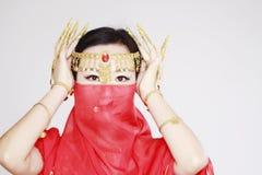 Χαριτωμένος ασιατικός κινεζικός χορευτής κοιλιών που καλύπτεται στο πέπλο μεταξιού στο άσπρο υπόβαθρο Στοκ Εικόνα