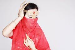 Χαριτωμένος ασιατικός κινεζικός χορευτής κοιλιών που καλύπτεται στο πέπλο μεταξιού στο άσπρο υπόβαθρο Στοκ εικόνες με δικαίωμα ελεύθερης χρήσης
