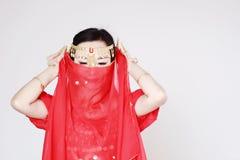 Χαριτωμένος ασιατικός κινεζικός χορευτής κοιλιών που καλύπτεται στο πέπλο μεταξιού στο άσπρο υπόβαθρο Στοκ εικόνα με δικαίωμα ελεύθερης χρήσης