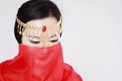 Χαριτωμένος ασιατικός κινεζικός χορευτής κοιλιών που καλύπτεται στο πέπλο μεταξιού στο άσπρο υπόβαθρο Στοκ φωτογραφία με δικαίωμα ελεύθερης χρήσης