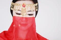 Χαριτωμένος ασιατικός κινεζικός χορευτής κοιλιών που καλύπτεται στο πέπλο μεταξιού στο άσπρο υπόβαθρο Στοκ Φωτογραφία