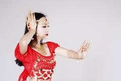Χαριτωμένος ασιατικός κινεζικός χορευτής κοιλιών στο άσπρο υπόβαθρο Στοκ φωτογραφία με δικαίωμα ελεύθερης χρήσης