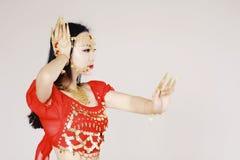 Χαριτωμένος ασιατικός κινεζικός χορευτής κοιλιών στο άσπρο υπόβαθρο Στοκ Φωτογραφίες