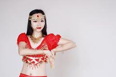 Χαριτωμένος ασιατικός κινεζικός χορευτής κοιλιών στο άσπρο υπόβαθρο Στοκ εικόνες με δικαίωμα ελεύθερης χρήσης