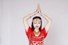 Χαριτωμένος ασιατικός κινεζικός χορευτής κοιλιών στο άσπρο υπόβαθρο Στοκ φωτογραφίες με δικαίωμα ελεύθερης χρήσης