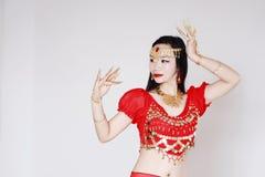 Χαριτωμένος ασιατικός κινεζικός χορευτής κοιλιών στο άσπρο υπόβαθρο Στοκ Εικόνα