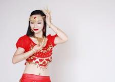 Χαριτωμένος ασιατικός κινεζικός χορευτής κοιλιών στο άσπρο υπόβαθρο Στοκ Εικόνες