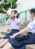 Χαριτωμένος ασιατικός ταϊλανδικός υψηλός σπουδαστής μαθητριών στη σχολική στολή που γελά με τη διασκέδαση στοκ φωτογραφίες με δικαίωμα ελεύθερης χρήσης