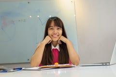 Χαριτωμένος ασιατικός υπάλληλος ευχαριστημένος από την καθημερινή εργασία της στοκ εικόνες με δικαίωμα ελεύθερης χρήσης