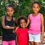 Χαριτωμένος αφρικανικός threesome υπαίθρια. Στοκ εικόνα με δικαίωμα ελεύθερης χρήσης