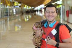 Χαριτωμένος εθνικός τύπος που ταξιδεύει με το καλύτερο φίλο του στοκ εικόνες