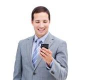 Χαριτωμένος επιχειρηματίας που εξετάζει το τηλέφωνό του Στοκ φωτογραφίες με δικαίωμα ελεύθερης χρήσης