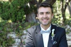Χαριτωμένος ευτυχής νεόνυμφος με ένα πανέμορφο χαμόγελο Στοκ Φωτογραφίες