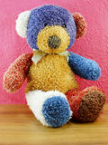 Χαριτωμένος ζωηρόχρωμος teddy αφορά το ρόδινο υπόβαθρο Στοκ Εικόνα