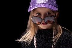 Χαριτωμένος η λίγη Δεσποινίς μόδας σε μια καθιερώνουσα τη μόδα εξάρτηση Στοκ εικόνα με δικαίωμα ελεύθερης χρήσης