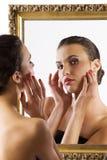χαριτωμένος καθρέφτης brunette Στοκ Εικόνα