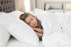 Χαριτωμένος κουρασμένος ύπνος αγοριών στοκ φωτογραφίες