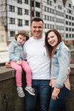 Χαριτωμένος λίγη κόρη και οι νέοι γονείς της στοκ εικόνες