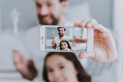 Χαριτωμένος λίγοι κόρη και μπαμπάς που κάνουν Selfie στοκ εικόνες
