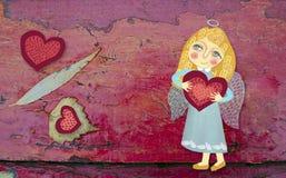Χαριτωμένος λίγος άγγελος με την καρδιά σε ένα κόκκινο ξύλινο χρωματισμένο υπόβαθρο grunge Εικόνα που σύρεται με το χέρι Θέμα ημέ Στοκ φωτογραφία με δικαίωμα ελεύθερης χρήσης