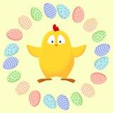 Χαριτωμένος λίγο κίτρινο κοτόπουλο σε ένα στεφάνι των αυγών Πάσχας απεικόνιση αποθεμάτων
