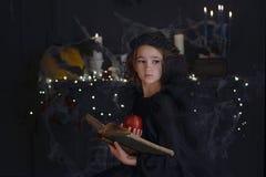 Χαριτωμένος λίγο κορίτσι παιδιών μαγισσών στο κοστούμι και τις διακοσμήσεις αποκριών Στοκ εικόνα με δικαίωμα ελεύθερης χρήσης
