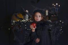 Χαριτωμένος λίγο κορίτσι παιδιών μαγισσών στο κοστούμι και τις διακοσμήσεις αποκριών Στοκ εικόνες με δικαίωμα ελεύθερης χρήσης