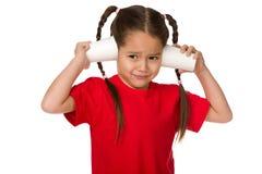 Χαριτωμένος λίγο κορίτσι παιδιών που παίζει με τα φλυτζάνια εγγράφου στοκ εικόνες με δικαίωμα ελεύθερης χρήσης