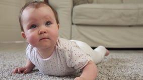 Χαριτωμένος λίγο μωρό στο πάτωμα απόθεμα βίντεο