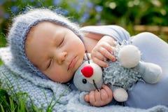 Χαριτωμένος λίγο νεογέννητο αγοράκι, ύπνος, εκμετάλλευση χαριτωμένη λίγο mous Στοκ εικόνα με δικαίωμα ελεύθερης χρήσης