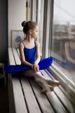 Χαριτωμένος λίγο ballerina στο μπλε κοστούμι και pointe τα παπούτσια μπαλέτου Στοκ Εικόνες