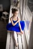 Χαριτωμένος λίγο ballerina στο μπλε κοστούμι και pointe τα παπούτσια μπαλέτου Στοκ φωτογραφία με δικαίωμα ελεύθερης χρήσης