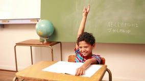 Χαριτωμένος μαθητής που αυξάνει το χέρι του για να απαντήσει σε μια ερώτηση απόθεμα βίντεο