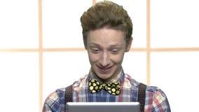 Χαριτωμένος μοντέρνος έφηβος που έχει την τηλεοπτική συνομιλία απόθεμα βίντεο