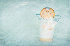 Χαριτωμένος μπλε χρωματισμένος άγγελος στην κατασκευασμένη ανασκόπηση Στοκ Φωτογραφία