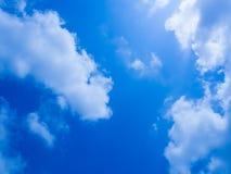 Χαριτωμένος μπλε ουρανός με το σύννεφο Στοκ εικόνα με δικαίωμα ελεύθερης χρήσης