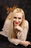 Χαριτωμένος ξανθός στο στούντιο στοκ φωτογραφίες