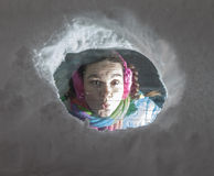 Χαριτωμένος οδηγός γυναικών έκπληκτος κοίταγμα από πίσω από ένα χιονώδες παράθυρο αυτοκινήτων Στοκ φωτογραφία με δικαίωμα ελεύθερης χρήσης