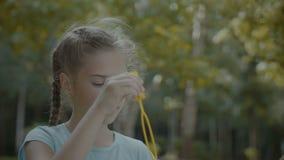 Χαριτωμένος οι φυσώντας φυσαλίδες σαπουνιών κοριτσιών στο πάρκο απόθεμα βίντεο