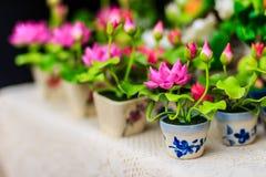 Χαριτωμένος τεχνητός ρόδινος λουλούδια λωτού ή κρίνος νερού Τεχνητό μέρος Στοκ φωτογραφία με δικαίωμα ελεύθερης χρήσης