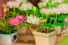 Χαριτωμένος τεχνητός ρόδινος λουλούδια λωτού ή κρίνος νερού Τεχνητό μέρος Στοκ Φωτογραφία