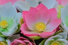 Χαριτωμένος τεχνητός ρόδινος λουλούδια λωτού ή κρίνος νερού Τεχνητό μέρος Στοκ Εικόνα
