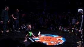 Χαριτωμένος φίλαθλος τύπος στην πράσινη μπλούζα και ΚΑΠ που δυναμικά στη σκηνή απόθεμα βίντεο
